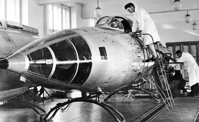 Истребитель-разведчик Як-27Р в лаборатории средств спасения ОКБ-115
