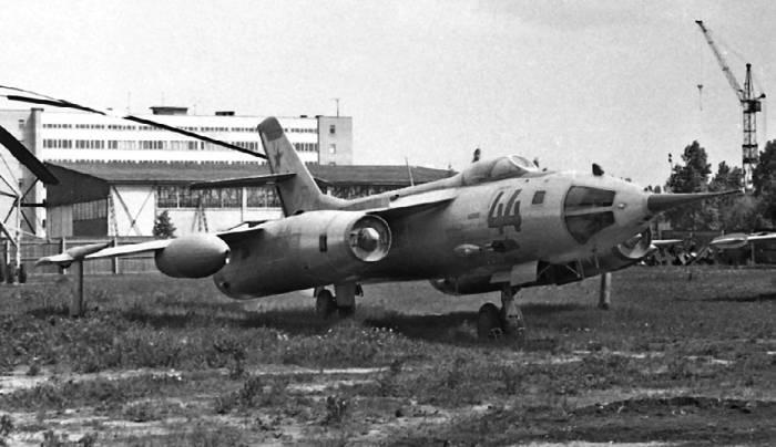 Як-28Л с радиодальномерной станцией «Лотос». На правом борту видна пушка ГШ-23Л