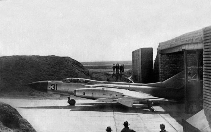 Перехватчик Як-28П перед капониром