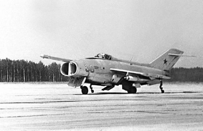 Як-36 на старте. Видны отклоненные газоотражательные щитки