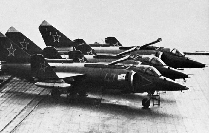 Як-38 на палубе авианесущего <a href='https://arsenal-info.ru/b/book/2414474991/4' target='_self'>крейсера</a>