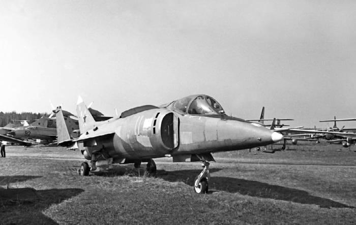 В процессе эксплуатации на воздушные каналы Як-38 установили продольные ребра, препятствовавшие попаданию продуктов сгорания подъемных ТРД в их воздухозаборники