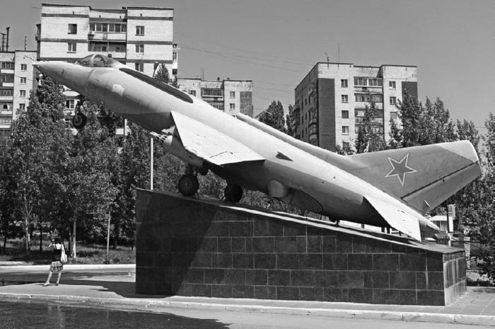 Як-38 перед входом в парк Победы, г. Саратов