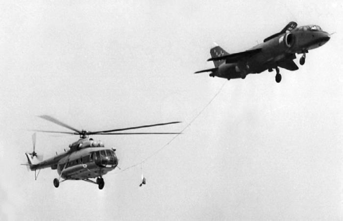 Буксировка вертолета Ми-8 самолетом Як-38 на одном из авиационных праздников