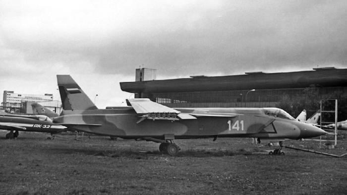 Як-141 со сложенными консолями крыла