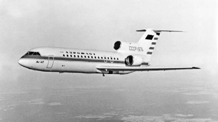 Первый экземпляр самолета Як-42 с прямым крылом
