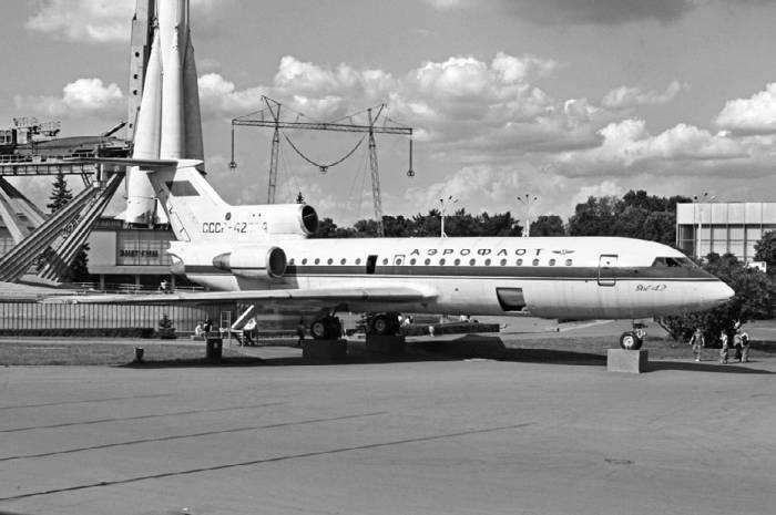Один из опытных экземпляров Як-42 со стреловидным крылом и двухколесными тележками основных опор шасси на ВВЦ в Москве