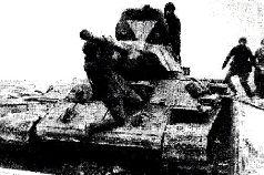 Подбитый экранированный танк Т-34 завода № 112, вид спереди. Весна, 1942 г.