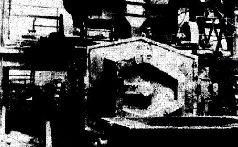 Удаление литейных прибылей после отливки башни Т-34. 1942 г.