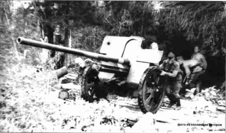 Подготовка огневой точки расчётом <a href='https://arsenal-info.ru/b/book/1671492103/2' target='_self'>противотанкового орудия</a> сержанта Турсунходжиева. На снимке— 76,2-мм орудие Ф-22 обр. 1936г. одного из ИПТАП резерва Главного Командования. Орловское направление, июль 1943г.