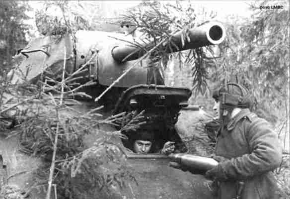 Экипаж младшего лейтенанта Русакова готовит танк перед боями. 2-я танковая армия. Курское направление, лето 1943г.