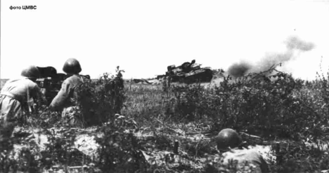 Артиллеристы 13-й армии ведут огонь по штурмовым орудиям врага. Июль 1943г.