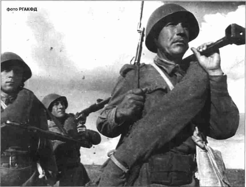 Бронебойщики меняют огневую позицию. Июль 1943г.