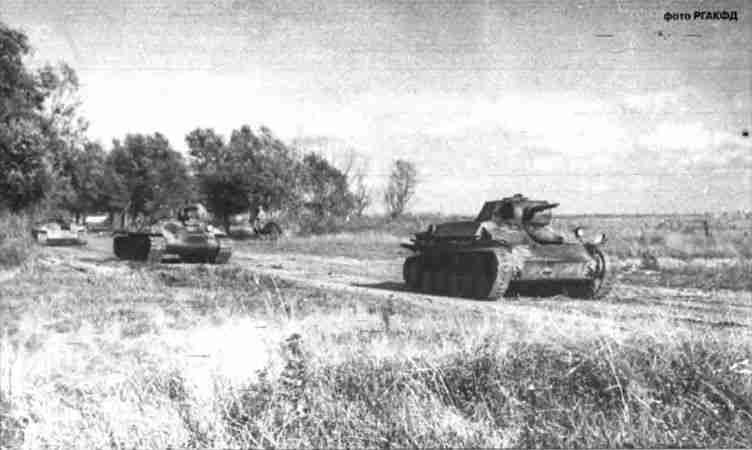 Танки Т-70 и Т-34 2-й танковой армии выдвигаются для контратаки. Июль 1943г.