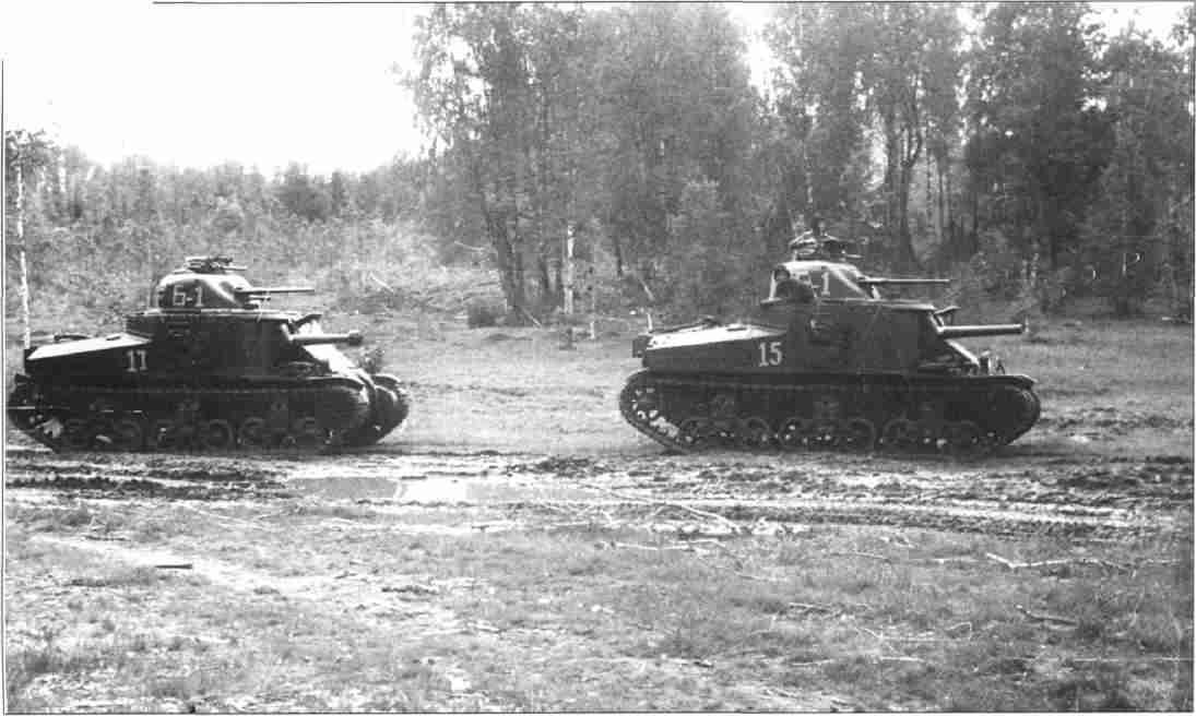 Танковые резервы движутся к фронту. На снимке американские средние танки «Генерал Ли», поставлявшиеся в СССР по ленд-лизу. Июль 1943г. (Фото РГАКФД).