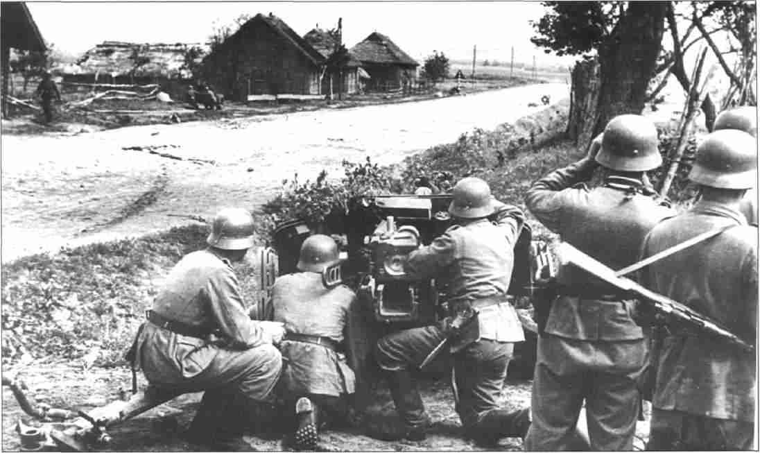 Немецкие артиллеристы отражают атаку советских танков. Июль 1943г. (Фото из коллекции авторов).