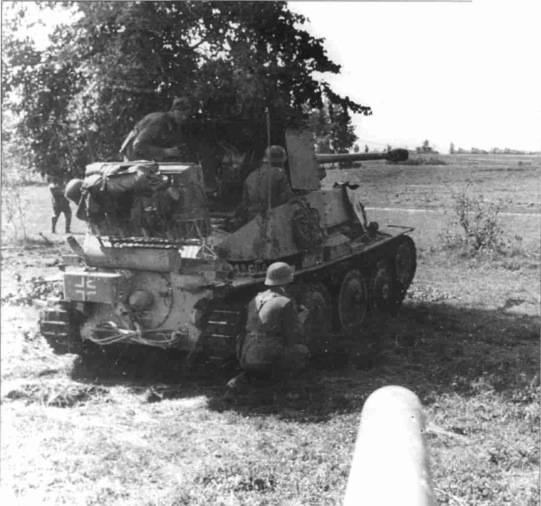Противотанковая САУ «МардерIII» прикрывает выдвижение немецких танков (Фото РГАКФД).
