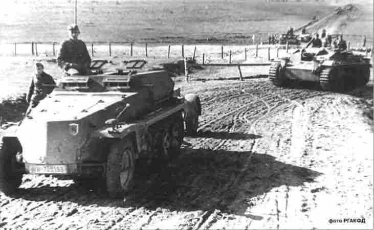 Бронированный подвозчик боеприпасов SdKfz 252 следует во главе колонны штурмовых орудий.
