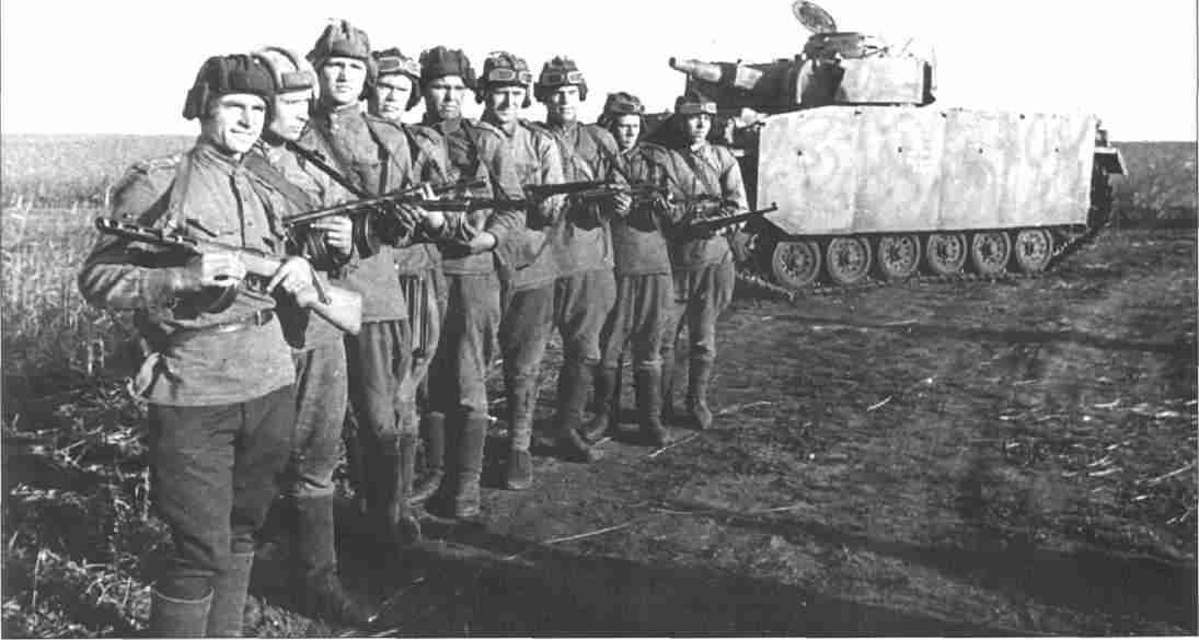 Советские разведчики, захватившие исправный PzKpfw HI Ausf N и приведшие его в расположение своих войск. Июль 1943. (Фото А.Афонина).