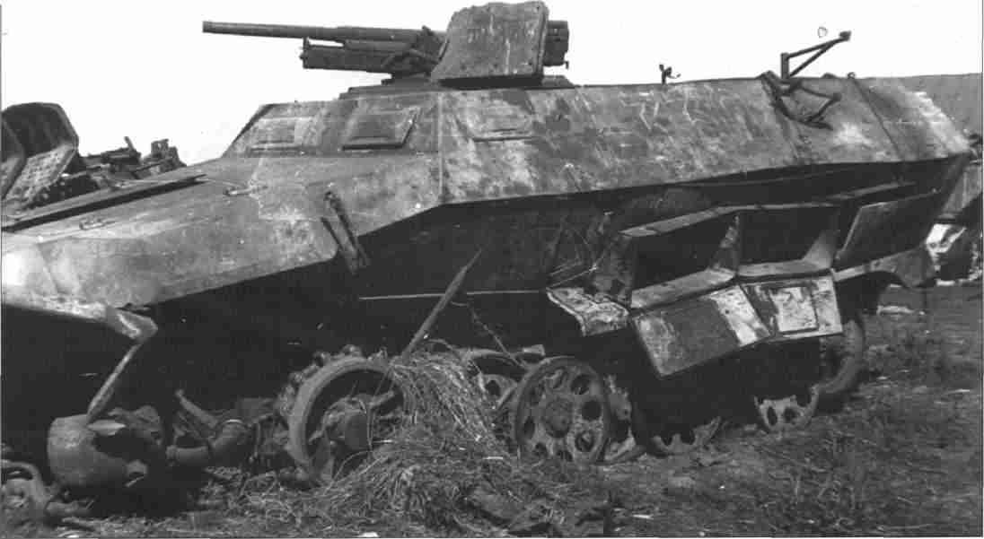 Немецкий бронетранспортер SdKfz 251/10, подорвавшийся на мине. Севернее Курска, июль 1943г. (Фото ЦМВС).