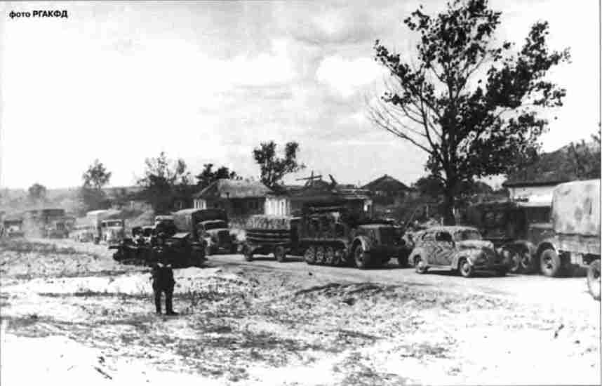 Колонна одной из моторизованных частей немецких войск следует к фронту. Обоянское напр., июль 1943г.
