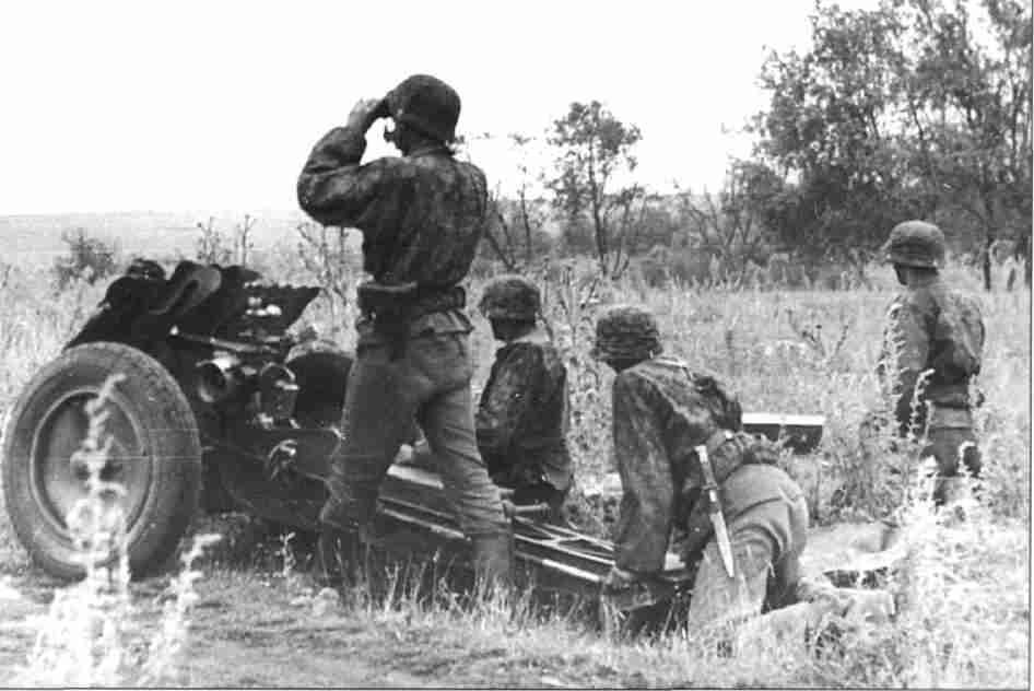 Артиллеристы подразделения СС поддерживают огнём атаку своей пехоты. Прохоровское напр (Фото из коллекции авторов).