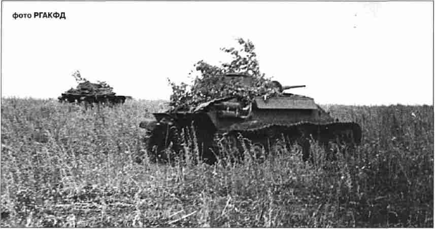Советские танки Т-70 колонны «Революционная Монголия» (112 тбр.) выдвигаются для атаки.