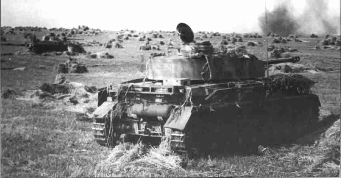 Танки PzKpfw IV Ausf H дивизии «Гроссдойчланд» (Великая Германия) ведут бой (Фото из коллекции авторов).