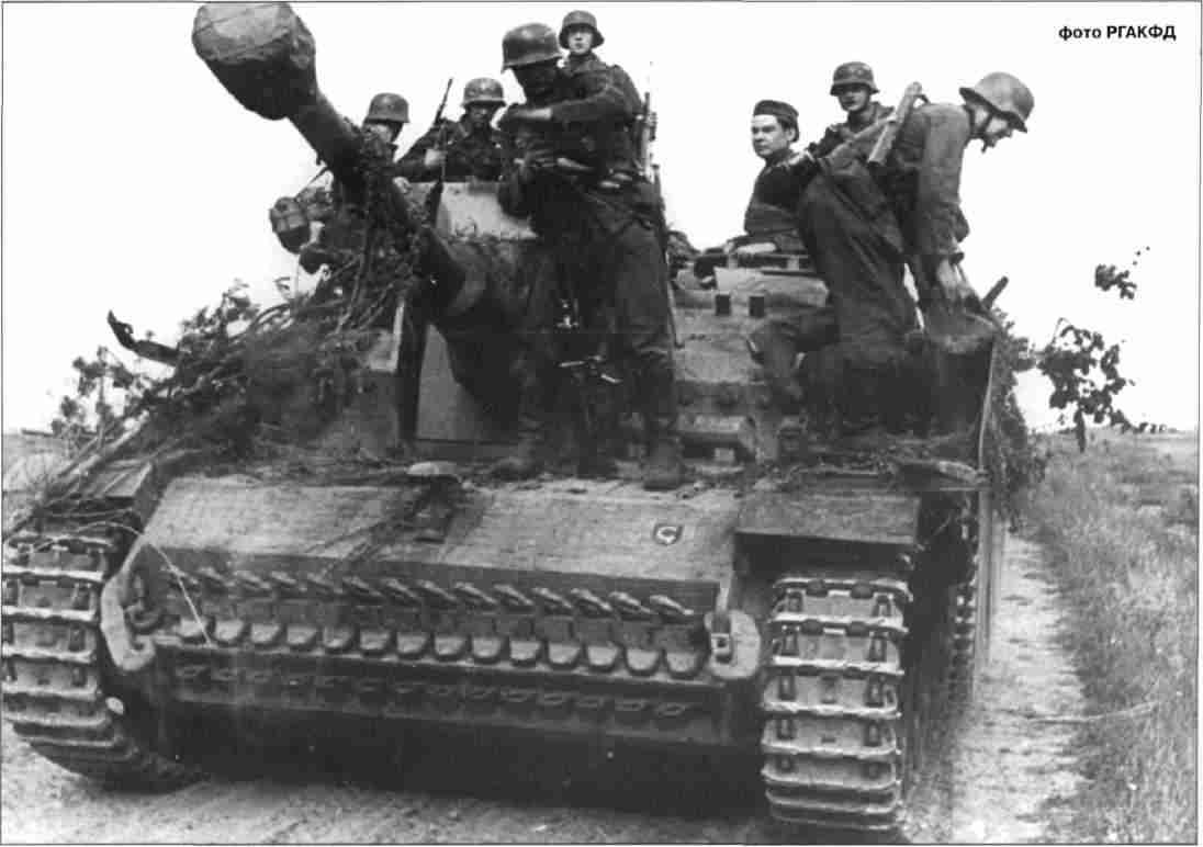 Штурмовые орудия отходят после боя. Подразделение неизвестно.
