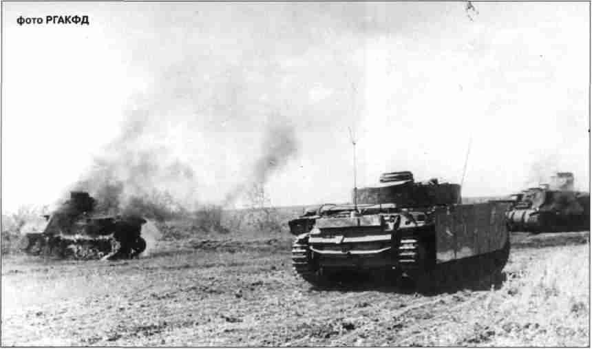 Командирский танк PzKpfw III Ausf К дивизии СС «Дас Райх» следует мимо горящих средних танков «Генерал Ли». Предположительно, Прохоровское напр. 12–13 июля 1943г.