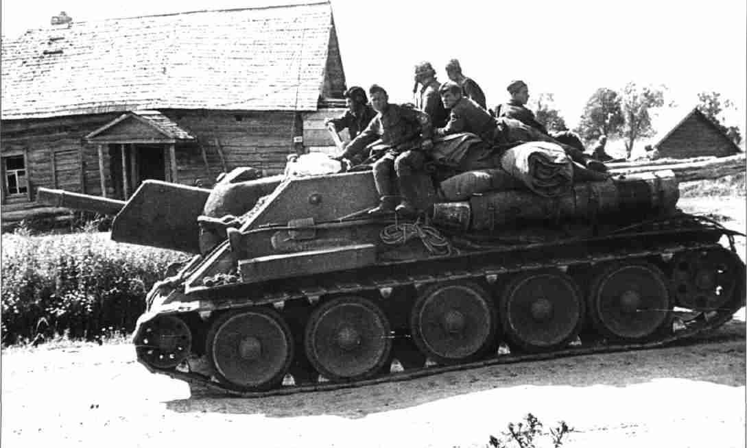 Советская самоходная гаубица СУ-122 в районе Прохоровского плацдарма. 14 июля 1943г. (Фото РГАКФД).