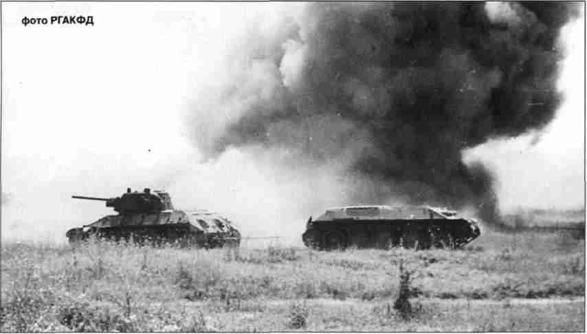 Ремонтники эвакуируют подбитый Т-34 под огнём противника. Эвакуация ведётся строго по наставлению, чтобы лобовая броня оставалась обращённой к противнику.