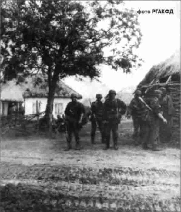 Панцергренадеры СС готовятся к бою за населённый пункт. Прохоровка, 12 июля.