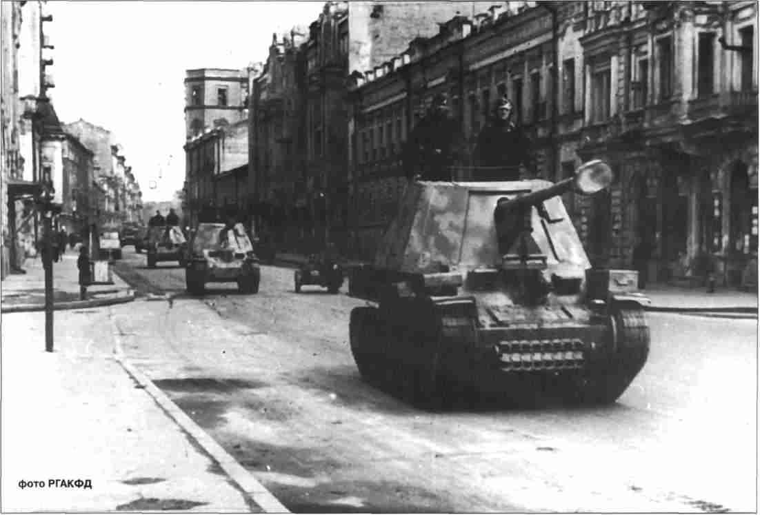 Противотанковые САУ «Мардер-III» следуют по улицам Харькова.