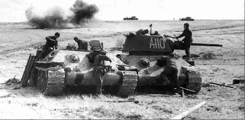 Ремонтники восстанавливают подбитый танк. Полевая ремонтная бригада лейтенанта Щукина. Июль 1943г. (Фото РГАКФД).