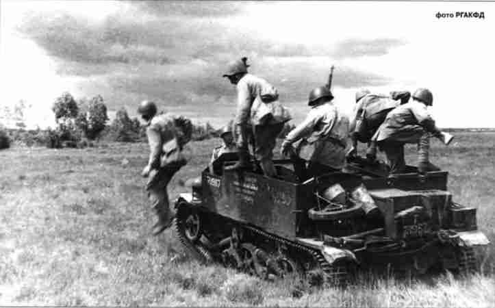 Советские пехотинцы осваивают английский бронетранспортёр «Универсал». Орловское напр, Август 1943г.