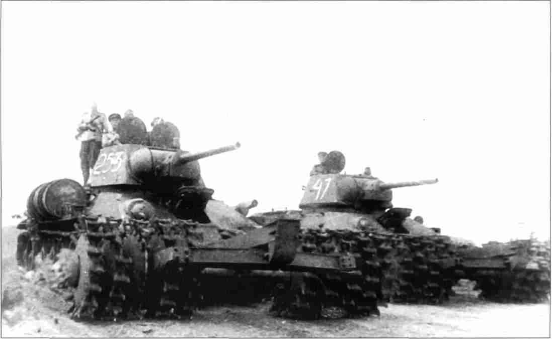 Т-34, оборудованные минными тралами ПТ-3, движутся к фронту. Июль-август 1943г. (Фото из коллекции авторов).