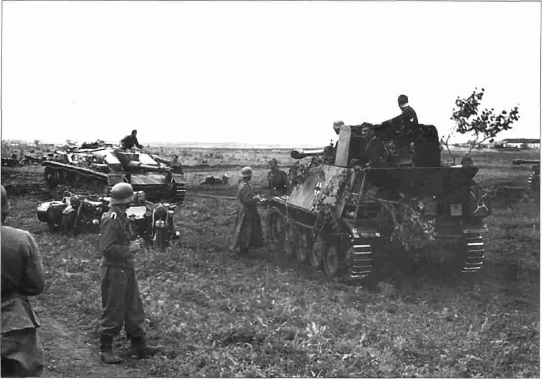 Подразделение истребителей танков и штурмовых орудий на отдыхе. На снимке— «МардерII» и StnG40 Ausf F/8. (Фото из коллекции авторов).