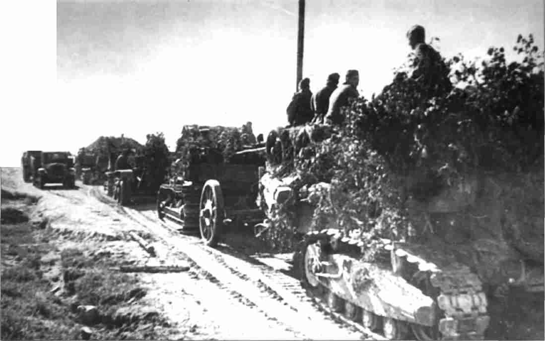 «Вперёд, на Орел!» Тяжелые 203-мм гаубицы Б-4 на марше (Фото ЦМВС).