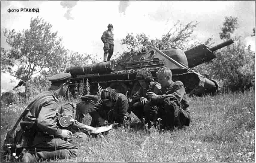 Экипаж СУ-122 получает боевую задачу. Севернее Орла, август 1943г.