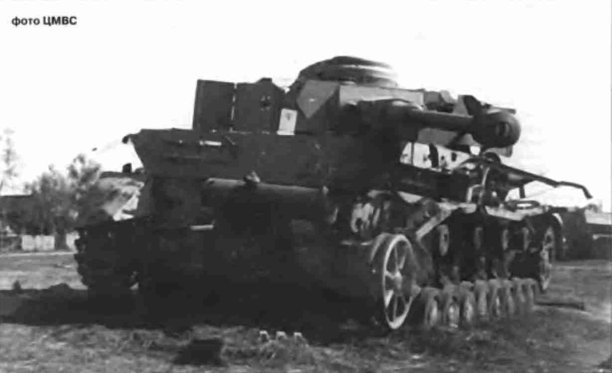 Танк PzKpfw IV Ausf Н, подорванный немецкими войсками при отступлении. Пригороды Орла.