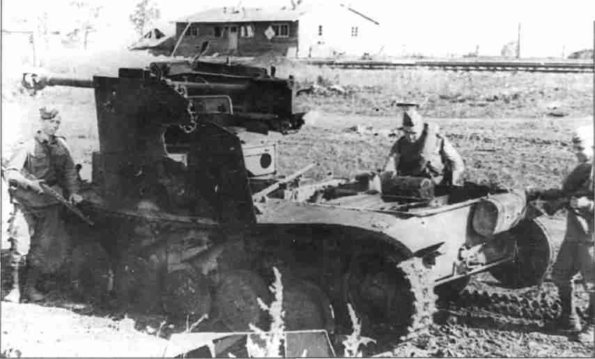 Подбитая и уничтоженная вражеская техника на подступах к Орлу. Август 1943г. (Фото ЦМВС).