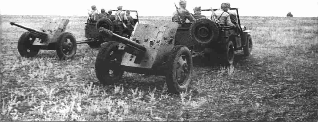 Артиллеристы истребительной бригады (общевойскового типа) преследуют отступающего врага (Фото РГАКФД).