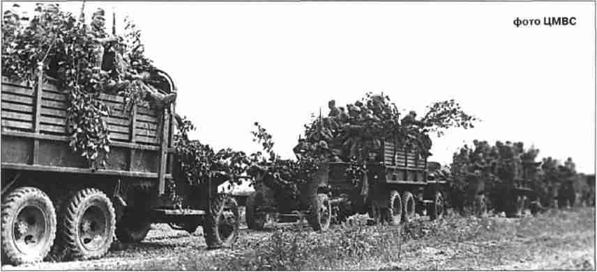 «Студебеккеры» с противотанковыми орудиями ЗИС-3 на прицепе следуют за наступающими войсками. Харьковское направление.