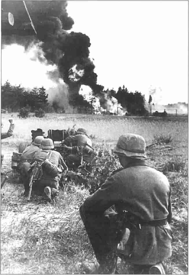 Немецкие артиллеристы отражают атаку советских войск (Фото из коллекции авторов).
