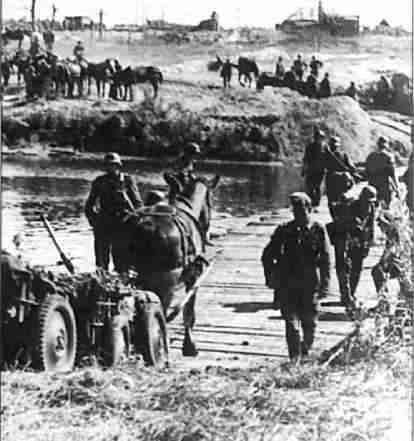 Немецкие войска отступают за реку. Август 1943г. (Фото РГАКФД).