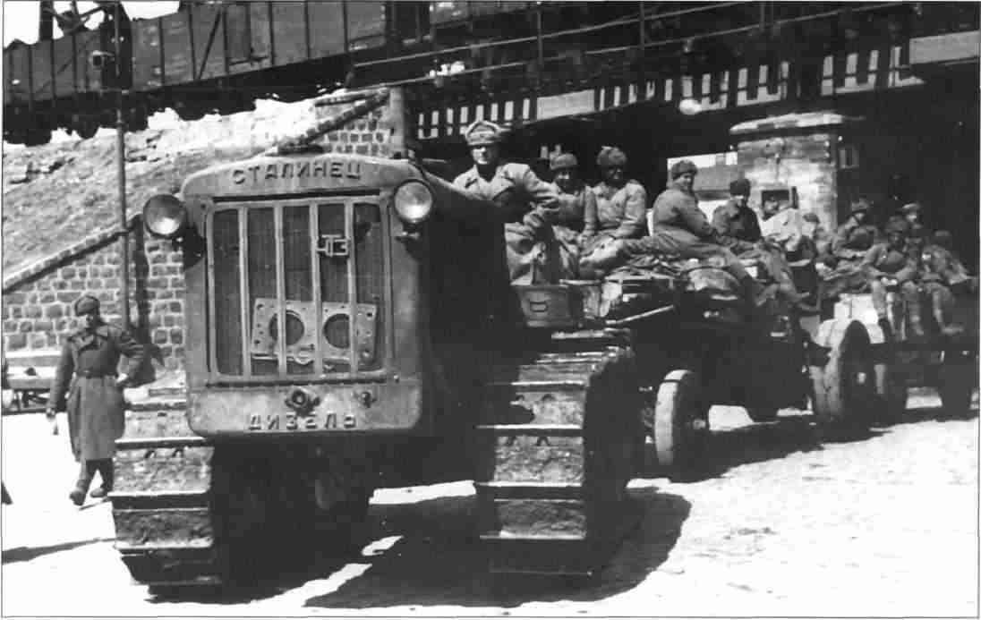 Советская артиллерия вступает в Харьков (Фото из коллекции авторов).