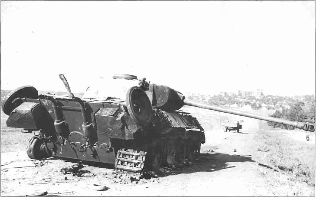 «Пантера», подбитая расчётом гв. старшего сержанта Парфенова на окраине Харькова (Фото из коллекции авторов).