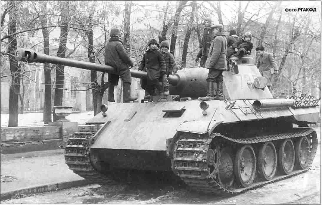 «Приручённая» «Пантера» на улице освобождённого Харькова. Август-сентябрь 1943г.