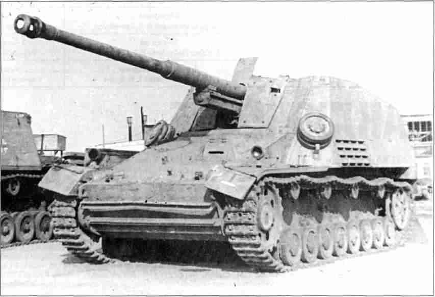 Противотанковая САУ «Хорниссе» и штурмовой танк «Br?mmbar», захваченные исправными на Курской Дуге Фото из коллекции авторов).